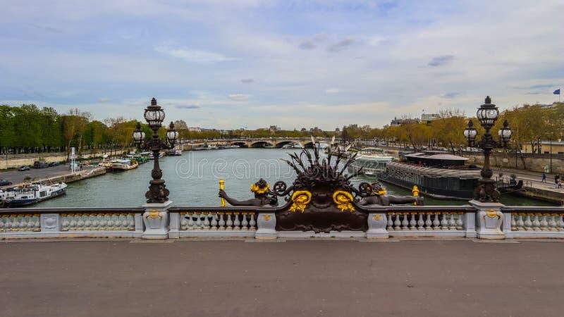 Ιστορική γέφυρα Pont Alexandre ΙΙΙ πέρα από τον ποταμό Σηκουάνας στο Παρίσι Γαλλία στοκ φωτογραφία με δικαίωμα ελεύθερης χρήσης