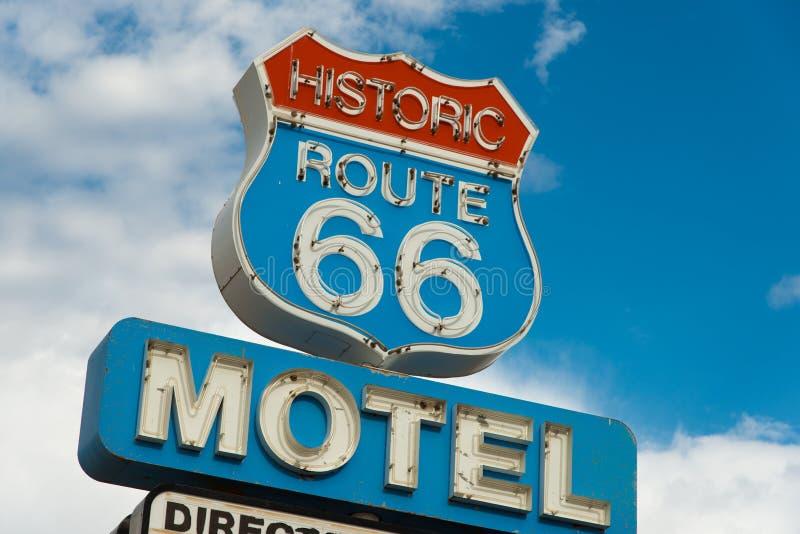 Ιστορική διαδρομή 66 σημάδι μοτέλ σε Καλιφόρνια στοκ εικόνα