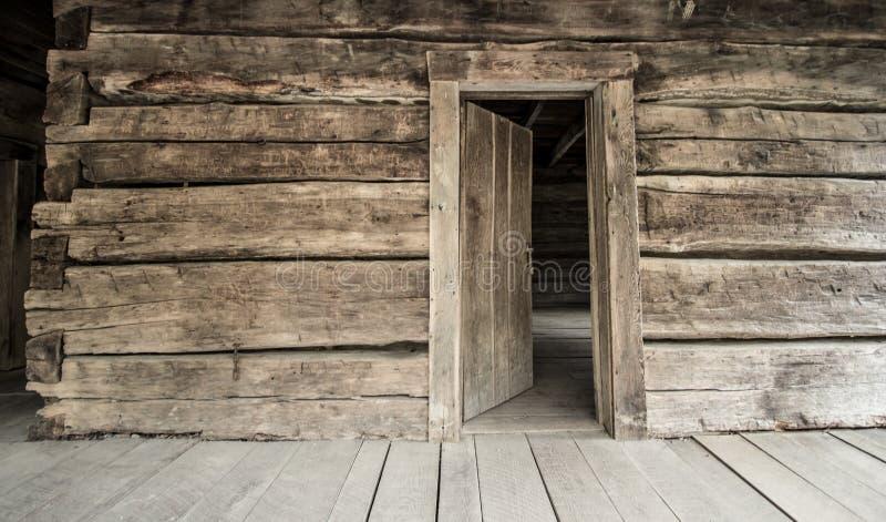 Ιστορική καμπίνα κούτσουρων με την ανοικτή μπροστινή πόρτα στοκ φωτογραφία με δικαίωμα ελεύθερης χρήσης