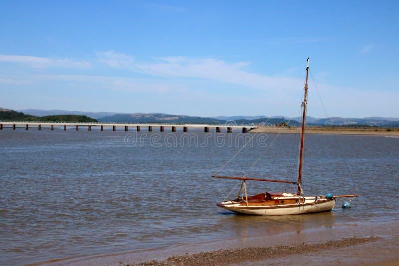 Ιστορική οδογέφυρα Cumbria του Κεντ Arnside ποταμών γιοτ στοκ εικόνα με δικαίωμα ελεύθερης χρήσης