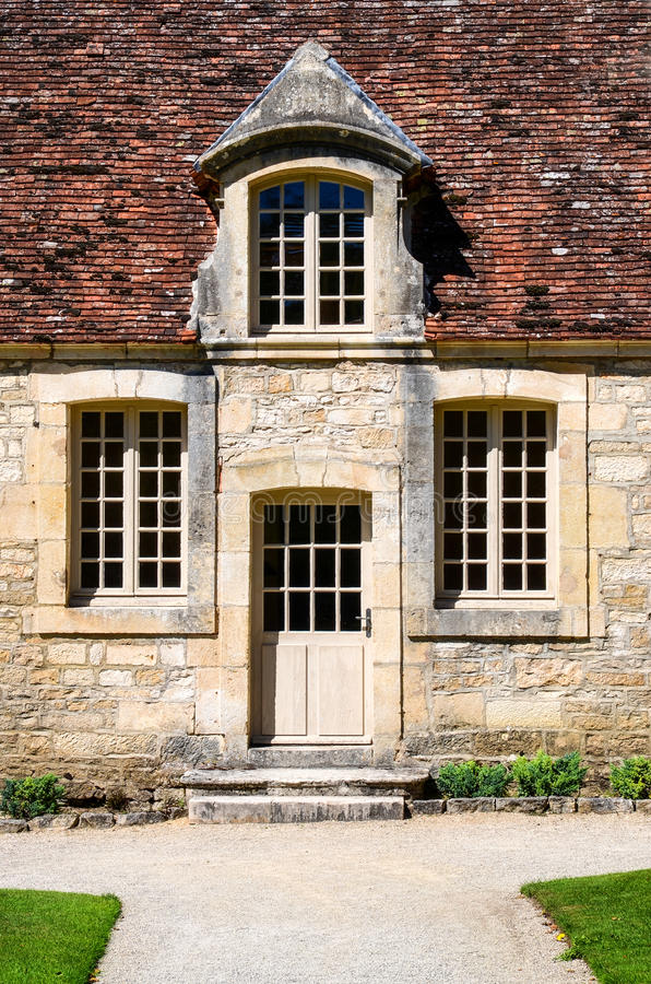 Ιστορική πόρτα εισόδων οικοδόμησης με τα εκλεκτής ποιότητας Windows στοκ φωτογραφίες με δικαίωμα ελεύθερης χρήσης