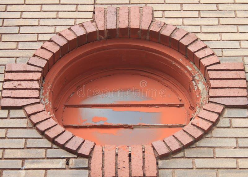 Ιστορική στο κέντρο της πόλης λεπτομέρεια παραθύρων κτηρίου κυκλική στοκ εικόνα με δικαίωμα ελεύθερης χρήσης