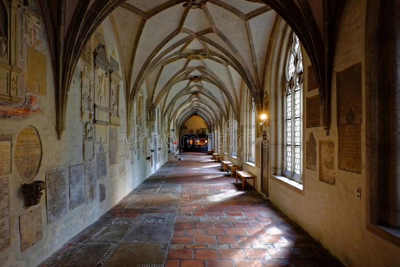 Ιστορικός δευτερεύων διάδρομος του καθεδρικού ναού με τους τάφους στοκ εικόνες με δικαίωμα ελεύθερης χρήσης