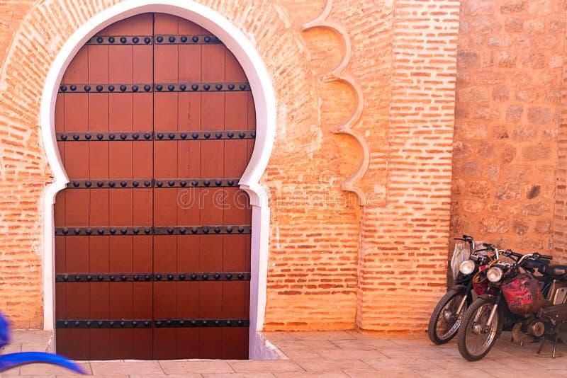 Ιστορικός στο παλαιά ξύλο και το μέταλλο της Αφρικής ύφους του Μαρόκου πορτών οικοδόμησης σκουριασμένα στοκ φωτογραφία