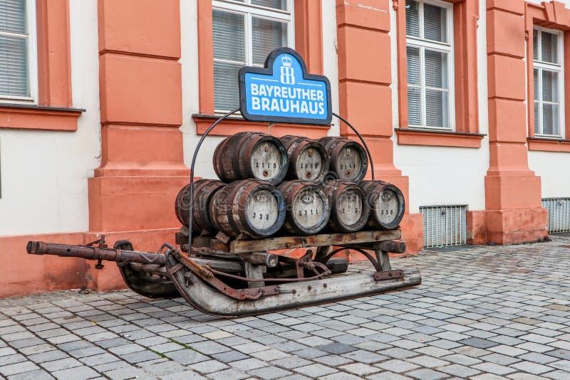 Ιστορικό έλκηθρο ζυθοποιείων με τα βυτία μπύρας στοκ φωτογραφία