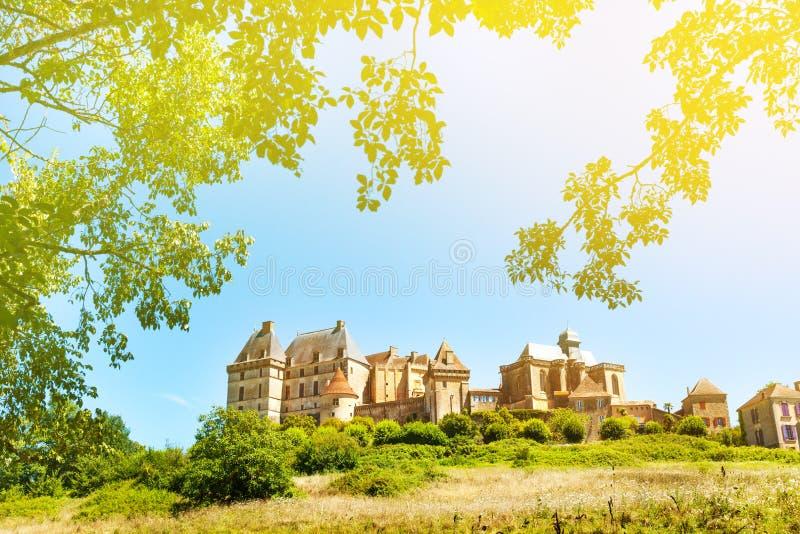 Ιστορικό κάστρο Biron στη Γαλλία κάτω από το μπλε ουρανό στοκ εικόνα με δικαίωμα ελεύθερης χρήσης