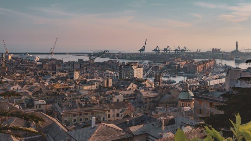 Ιστορικό κέντρο και ο λιμένας της Γένοβας στο σούρουπο στη Γένοβα, Ιταλία στοκ φωτογραφία με δικαίωμα ελεύθερης χρήσης