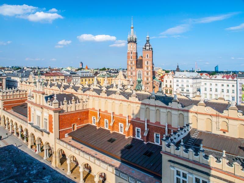 Ιστορικό κέντρο της Κρακοβίας γύρω από το κύρια τετράγωνο και Sukiennice αγοράς, ή αίθουσα υφασμάτων, Κρακοβία, Πολωνία στοκ φωτογραφία