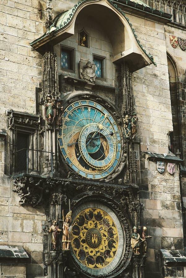 Ιστορικό μεσαιωνικό αστρονομικό ρολόι στην παλαιά πλατεία της πόλης σε Pra στοκ φωτογραφίες