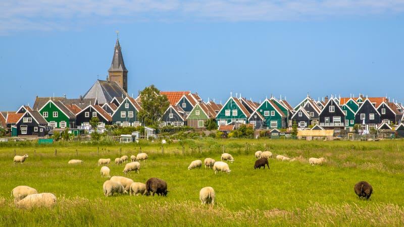 Ιστορικό ολλανδικό χωριό με τα ζωηρόχρωμα ξύλινα σπίτια στοκ φωτογραφίες με δικαίωμα ελεύθερης χρήσης