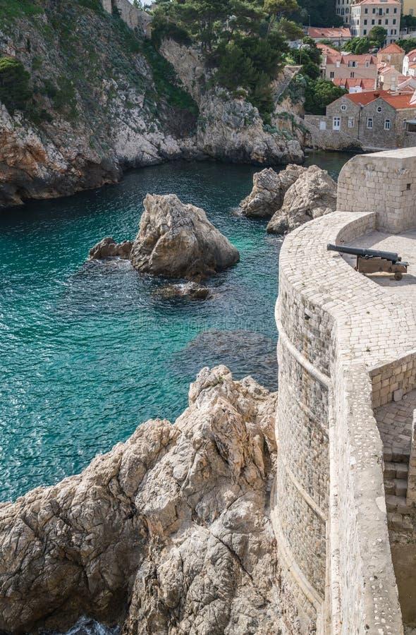 Ιστορικό πυροβόλο στους παλαιούς πόλης τοίχους Dubrovnik στοκ εικόνες