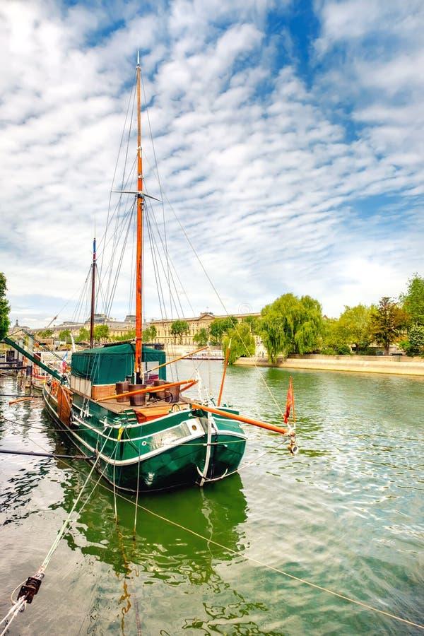 Ιστορικό πλέοντας σκάφος στο Σηκουάνα στο Παρίσι, Γαλλία στοκ εικόνα με δικαίωμα ελεύθερης χρήσης