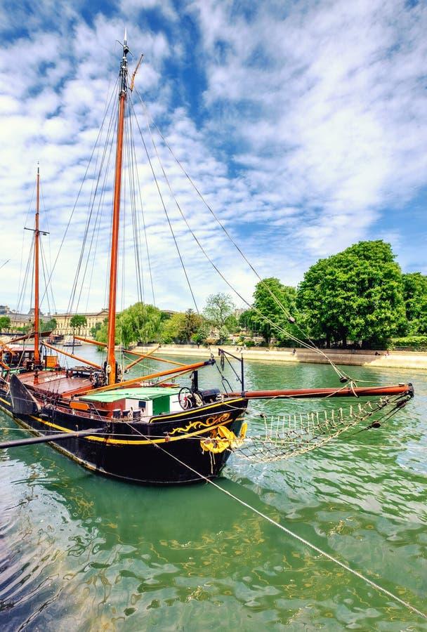 Ιστορικό πλέοντας σκάφος στο Σηκουάνα στο Παρίσι, Γαλλία στοκ φωτογραφία με δικαίωμα ελεύθερης χρήσης