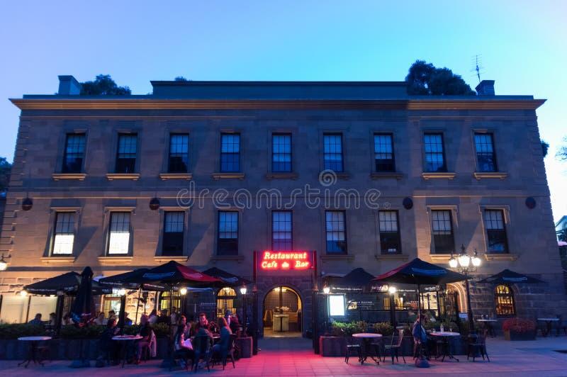 Ιστορικό τελωνειακό σπίτι με το φραγμό εστιατορίων και κρασιού τελωνειακών σπιτιών στοκ φωτογραφία με δικαίωμα ελεύθερης χρήσης