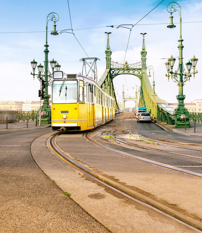 Ιστορικό τραμ στη γέφυρα ελευθερίας στη Βουδαπέστη, Ουγγαρία στοκ φωτογραφία με δικαίωμα ελεύθερης χρήσης