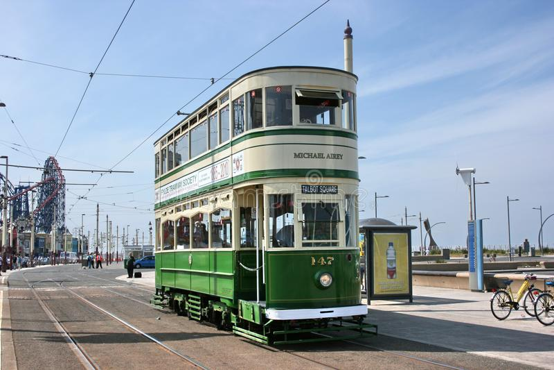 Ιστορικό τυποποιημένο τραμ αριθ. αυτοκινήτων 147 στην τροχιοδρομική γραμμή του Μπλάκπουλ - Blackpo στοκ εικόνες
