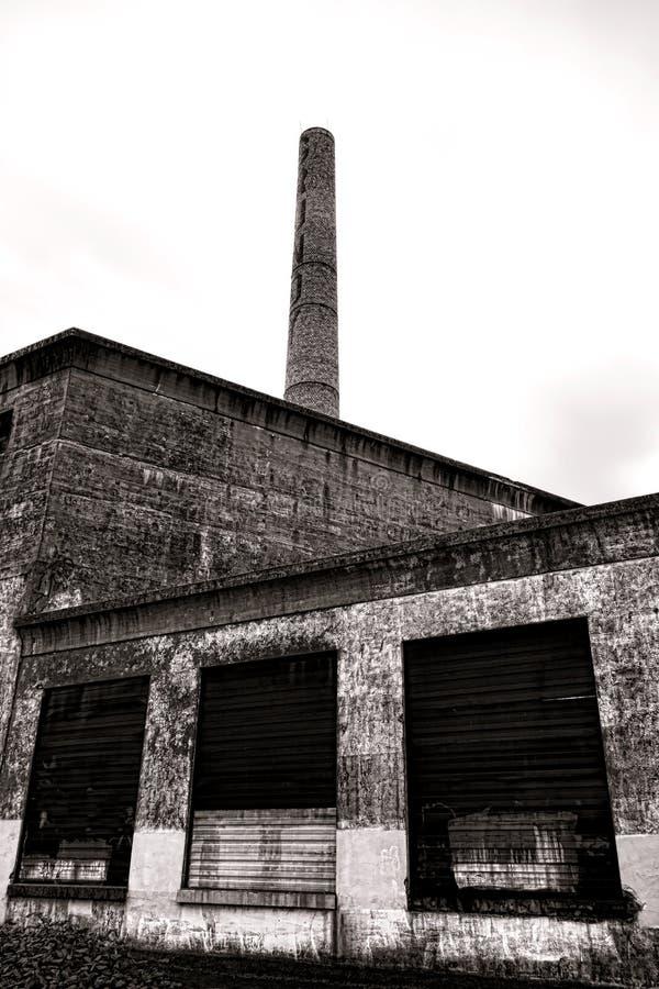 Ιστορικό Grundy αλέθει τις παλαιές εγκαταστάσεις παραγωγής ενέργειας και την καπνοδόχο στοκ εικόνες
