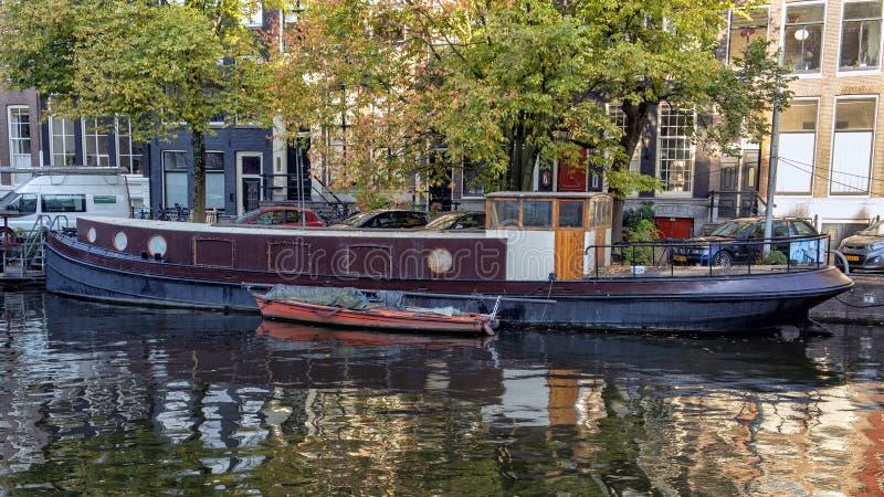 Ιστορικό houseboat, κανάλι Singel, Άμστερνταμ, οι Κάτω Χώρες στοκ εικόνες