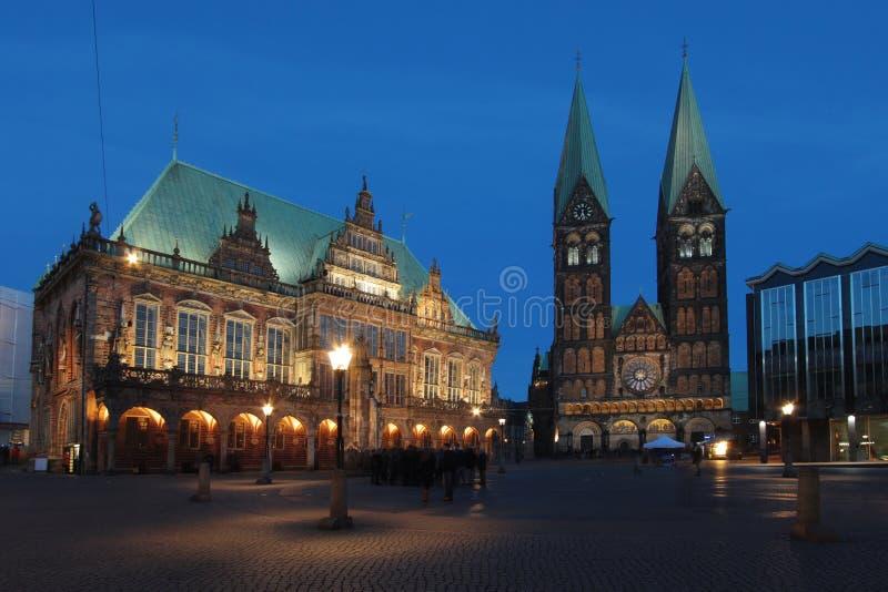 Ιστορικό townhall με τον καθεδρικό ναό στο σούρουπο στη Βρέμη, Γερμανία στοκ εικόνες