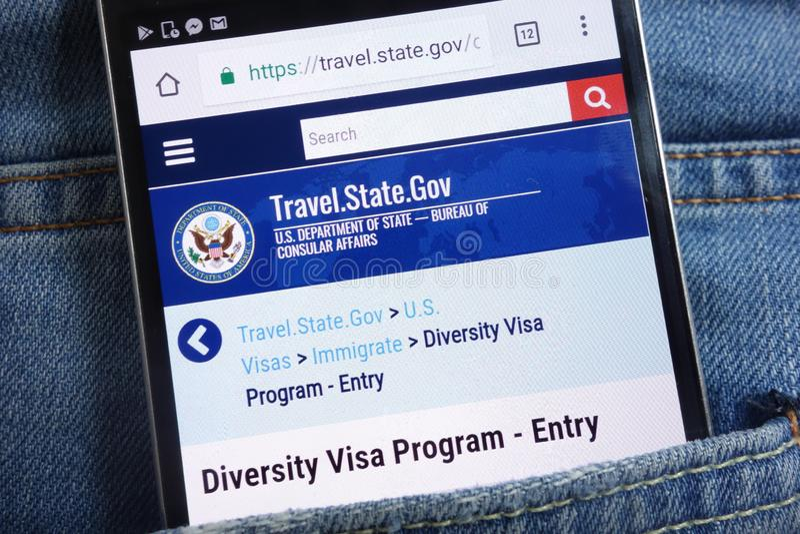 Ιστοχώρος αμερικανικού υπουργείου Εξωτερικών για το πρόγραμμα θεωρήσεων ποικιλομορφίας που επιδεικνύεται για το smartphone που κρ στοκ εικόνες