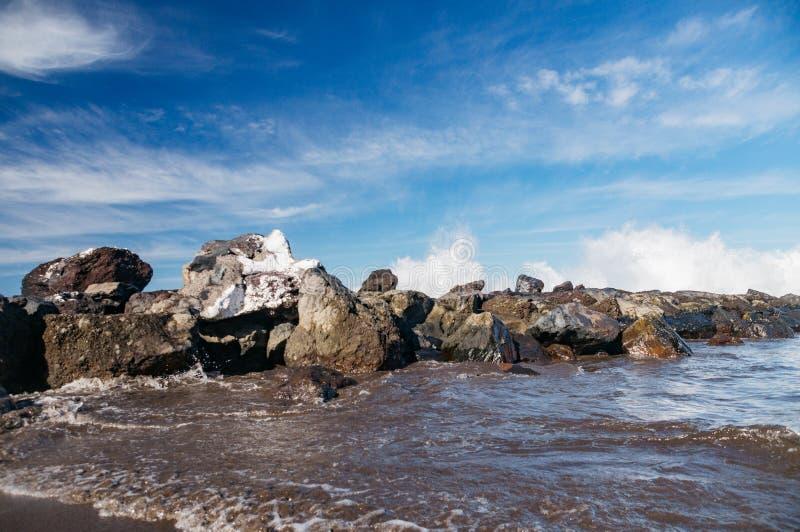 Ισχυρά κύματα που καταβρέχουν πέρα από τον κύμα-διακόπτη στοκ εικόνα με δικαίωμα ελεύθερης χρήσης