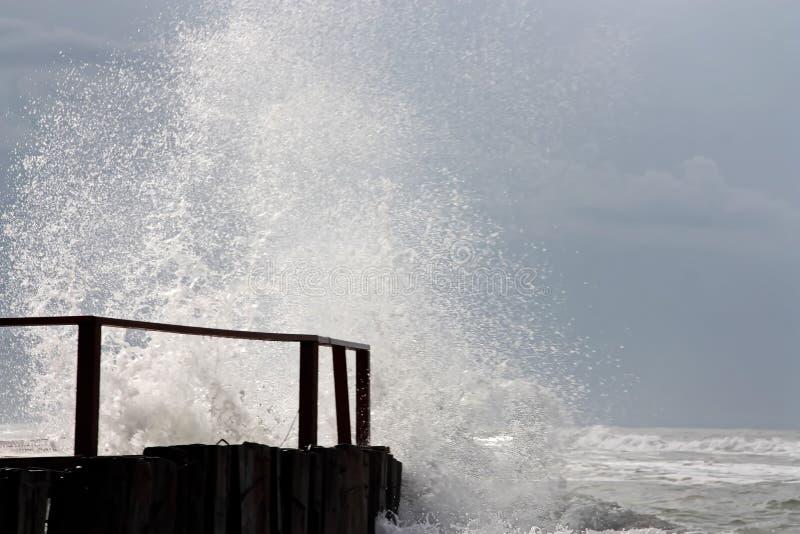 Ισχυρά κύματα που συντρίβουν στην αποβάθρα στοκ εικόνα με δικαίωμα ελεύθερης χρήσης