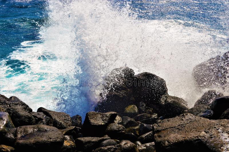 Ισχυρά κύματα που χτυπούν τους βράχους στοκ φωτογραφία με δικαίωμα ελεύθερης χρήσης