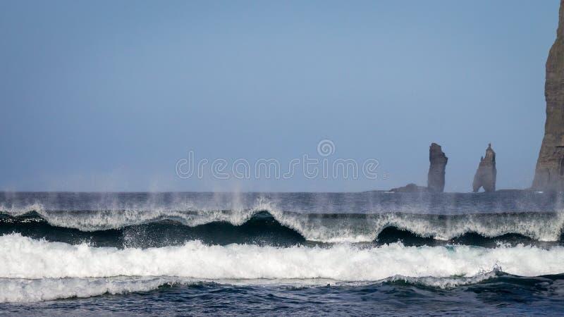 Ισχυρά ωκεάνια κύματα Risin και Kellingin στο υπόβαθρο Tjornuvik, Νήσοι Φαρόι, Δανία, Ευρώπη στοκ εικόνες