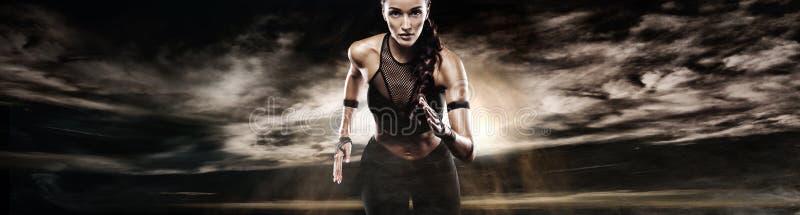 Ισχυρή αθλητική γυναίκα sprinter, τρέχοντας στο σκοτεινό υπόβαθρο που φορά sportswear Ικανότητα και αθλητικό κίνητρο δρομέας στοκ εικόνες