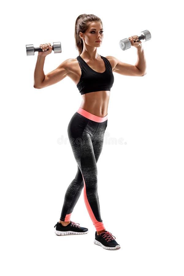 Ισχυρή γυναίκα που ασκεί με τους αλτήρες για τα όπλα Φωτογραφία της επίλυσης γυναικών με τους αλτήρες στο άσπρο υπόβαθρο στοκ εικόνες