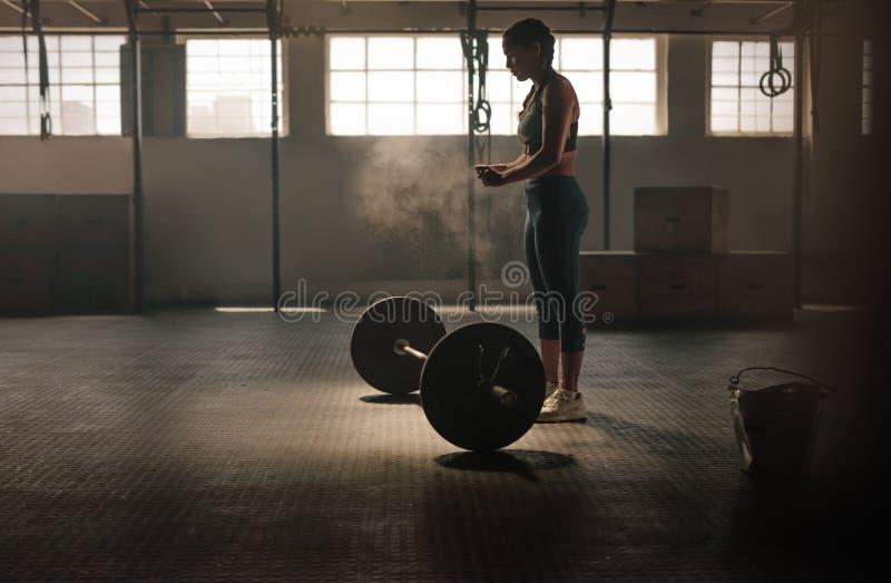 Ισχυρή γυναίκα που προετοιμάζεται για workout στοκ εικόνες