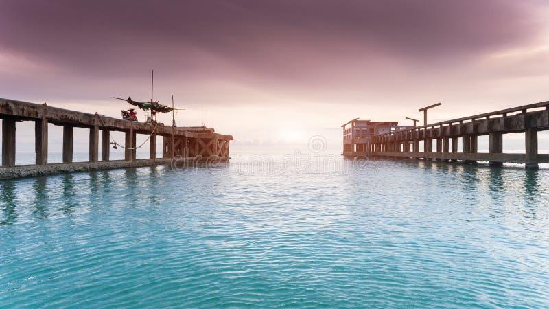 Ισχυρή και μακριά γέφυρα τσιμέντου στο λιμάνι στοκ φωτογραφία με δικαίωμα ελεύθερης χρήσης