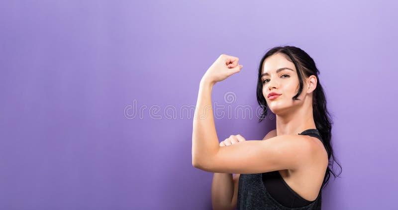 Ισχυρή νέα κατάλληλη γυναίκα στοκ εικόνες