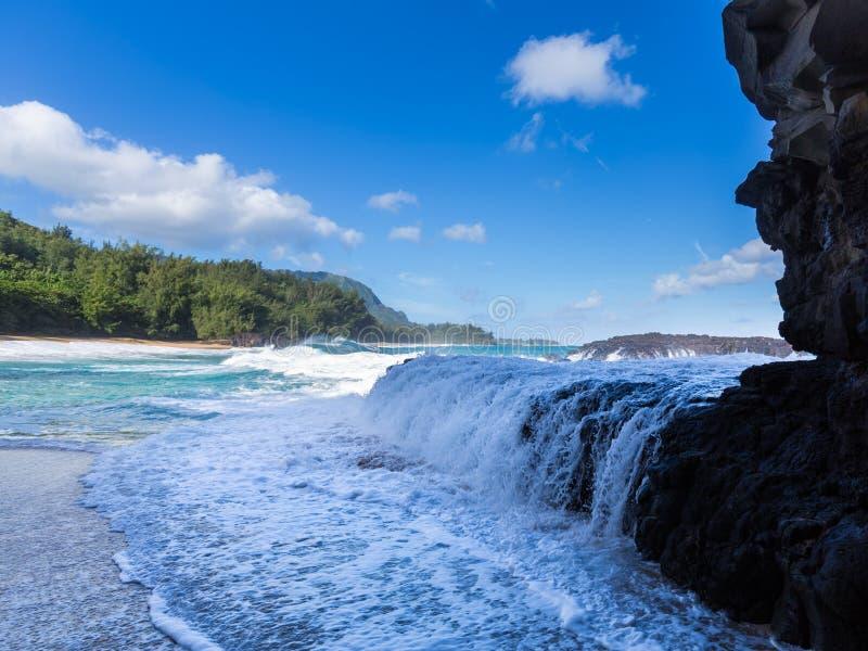 Ισχυρή ροή κυμάτων πέρα από τους βράχους στην παραλία Lumahai, Kauai στοκ εικόνα με δικαίωμα ελεύθερης χρήσης