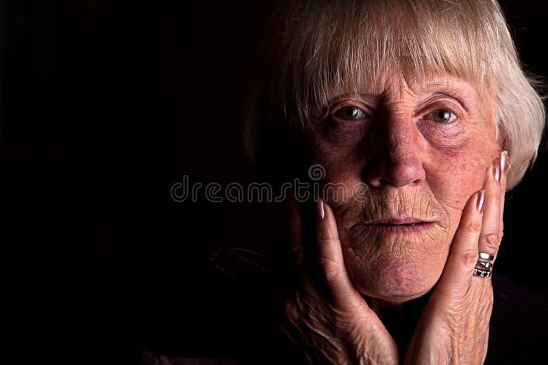 Ισχυρή συγκρατημένη εικόνα μιας ανώτερης γυναίκας στοκ φωτογραφία