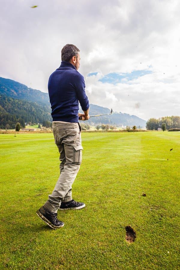 Ισχυρή ταλάντευση γκολφ στοκ φωτογραφία