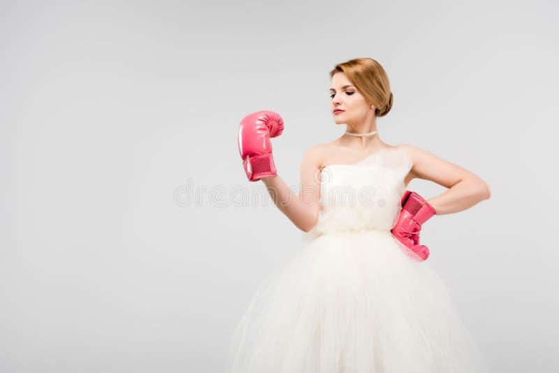 ισχυρή τοποθέτηση νυφών στο γαμήλιο φόρεμα και τα εγκιβωτίζοντας γάντια στοκ φωτογραφία με δικαίωμα ελεύθερης χρήσης