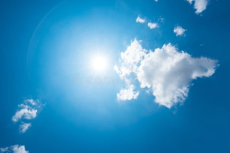 Ισχυροί ήλιος και ουρανοί στοκ εικόνες με δικαίωμα ελεύθερης χρήσης