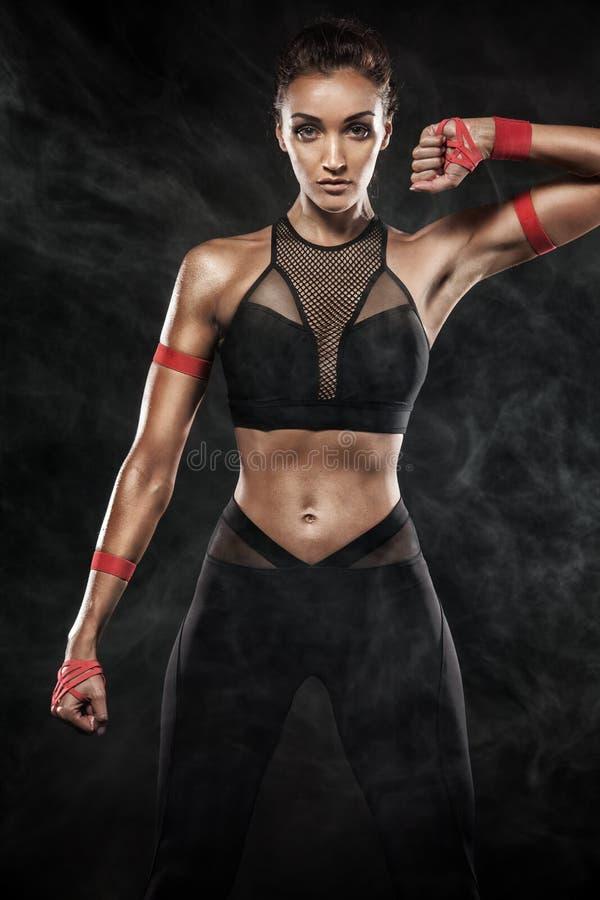 Ισχυρός ένας αθλητικός, γυναίκα στο μαύρο υπόβαθρο που φορά sportswear, ικανότητα και αθλητικό κίνητρο στοκ φωτογραφίες με δικαίωμα ελεύθερης χρήσης