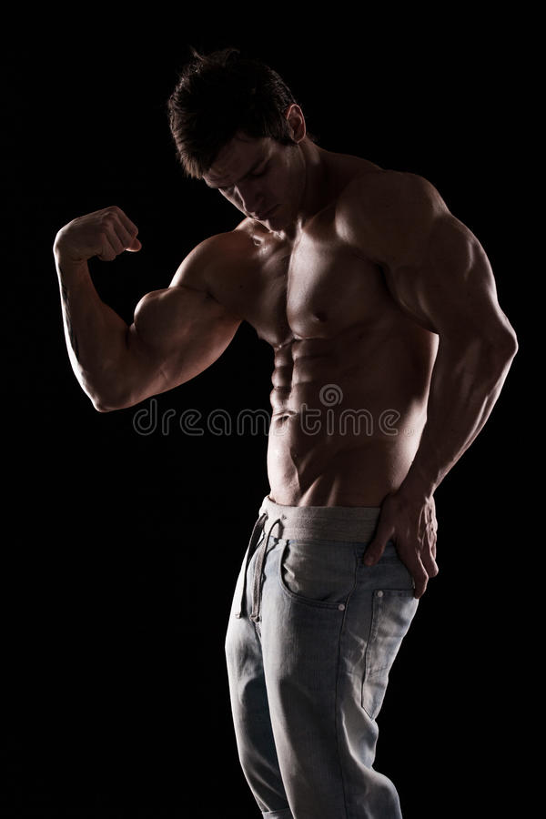 Ισχυρός αθλητικός πρότυπος κορμός ικανότητας ατόμων που παρουσιάζει μυς στοκ φωτογραφία με δικαίωμα ελεύθερης χρήσης
