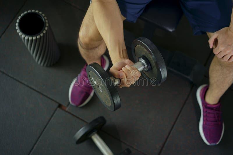 Ισχυρός αλτήρας συνεδρίασης και workout ανύψωσης ατόμων για την άσκηση μέσα στοκ φωτογραφία με δικαίωμα ελεύθερης χρήσης