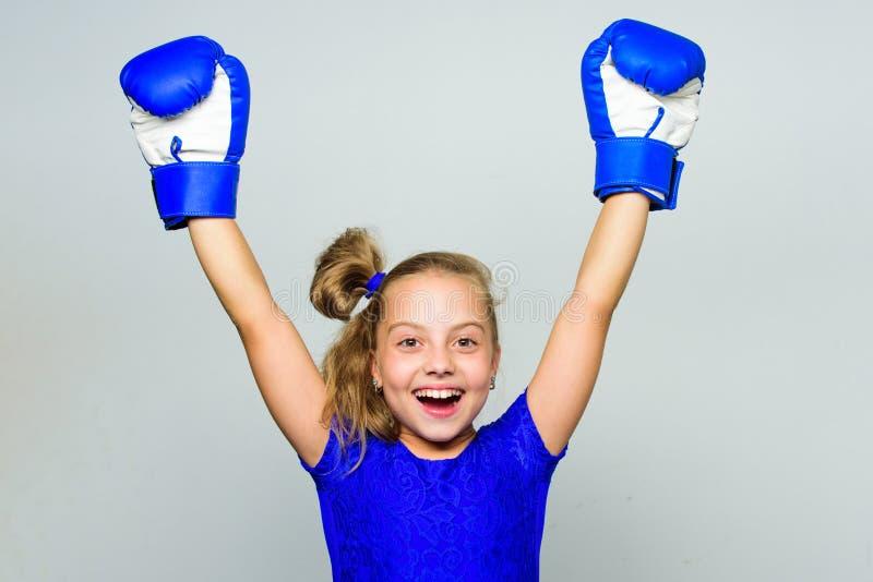 Ισχυρός ανταγωνισμός εγκιβωτισμού νικητών παιδιών υπερήφανος Ευτυχής νικητής παιδιών κοριτσιών με τα εγκιβωτίζοντας γάντια που θέ στοκ εικόνες