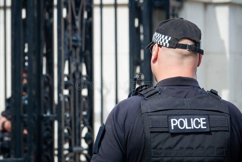 Ισχυρός αστυνομικός της κινηματογράφησης σε πρώτο πλάνο του Λονδίνου πίσω όψη Η πάλη ενάντια στη διεθνή τρομοκρατία στοκ φωτογραφίες