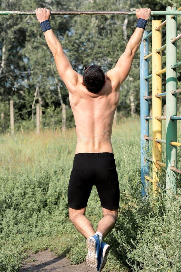 Ισχυρός νέος αθλητής στοκ φωτογραφία με δικαίωμα ελεύθερης χρήσης