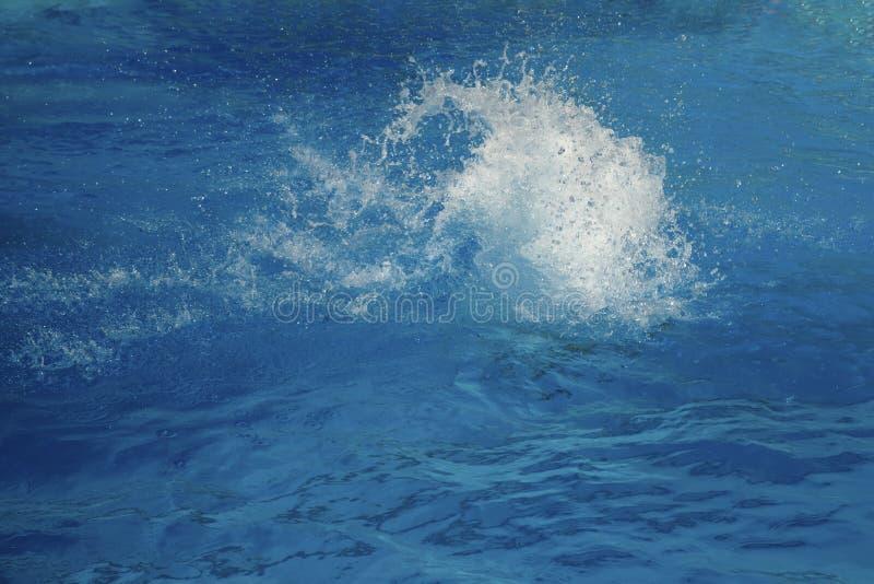 Ισχυρός παφλασμός σε μια μπλε επιφάνεια νερού με τα κύματα και τους παφλασμούς στοκ φωτογραφία