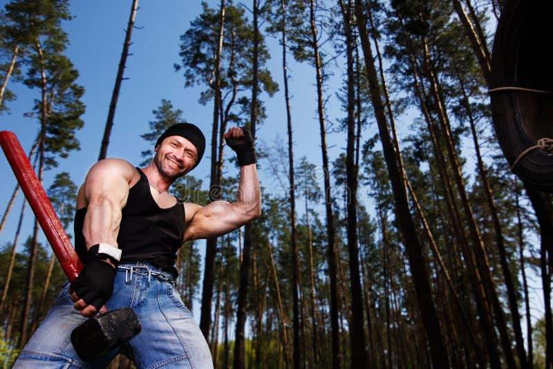 Ισχυρός υγιής εύθυμος ενήλικος σχισμένος άνδρας με τους μεγάλους μυς workin στοκ φωτογραφία με δικαίωμα ελεύθερης χρήσης