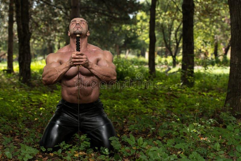 Ισχυρό άτομο με το ξίφος Σαμουράι στοκ εικόνες