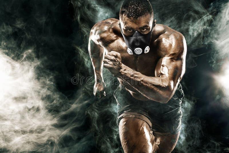 Ισχυρό αθλητικό άτομο sprinter στη μάσκα κατάρτισης, τρέξιμο, ικανότητα και αθλητικό κίνητρο Έννοια δρομέων με το διάστημα αντιγρ στοκ φωτογραφία με δικαίωμα ελεύθερης χρήσης