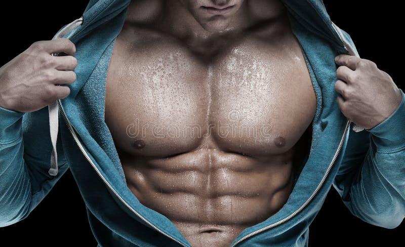 Ισχυρό αθλητικό άτομο που παρουσιάζει ABS έξι πακέτων closeup στοκ φωτογραφία με δικαίωμα ελεύθερης χρήσης