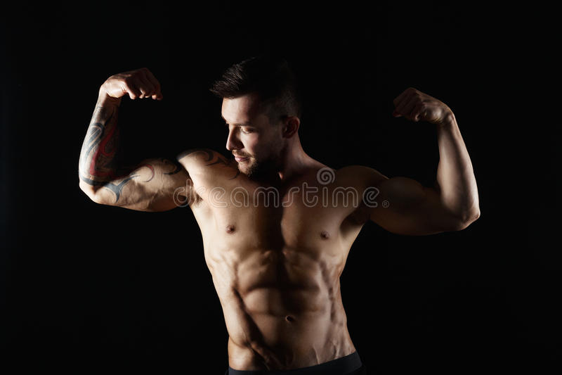 Ισχυρό αθλητικό γυμνό μυϊκό σώμα ατόμων showes στοκ φωτογραφία με δικαίωμα ελεύθερης χρήσης